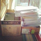 stos dokumentów w pudełku